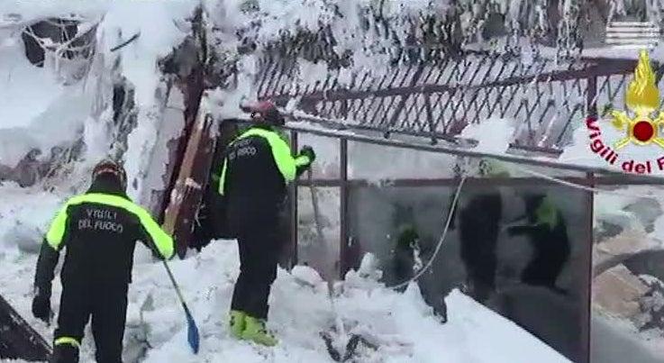 Mais quatro sobreviventes resgatados dos escombros do hotel de Itália