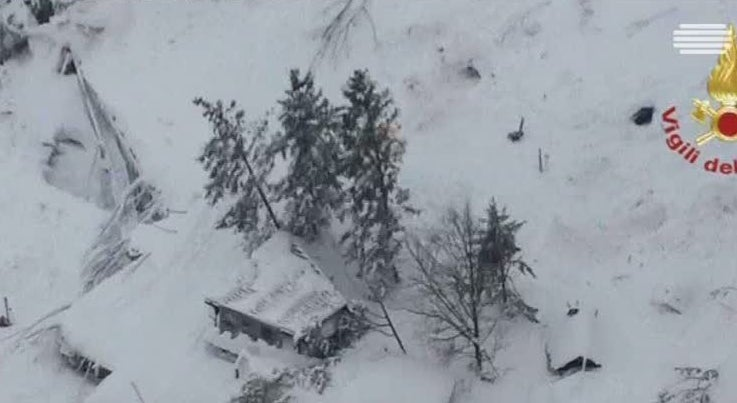 Mundo - Trinta pessoas morreram em avalanche no centro de Itália
