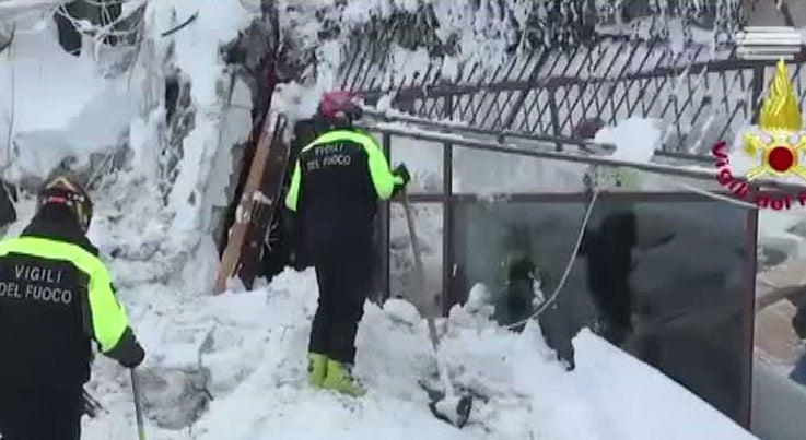 Mundo - Oito sobreviventes resgatados debaixo dos escombros de um hotel em Itália