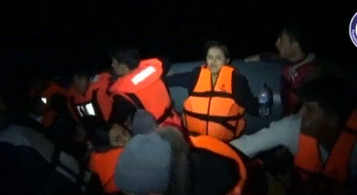 Mundo - Pol�cia Mar�tima portuguesa resgatou 25 crian�as e beb�s de um bote junto � ilha grega de Lesbos