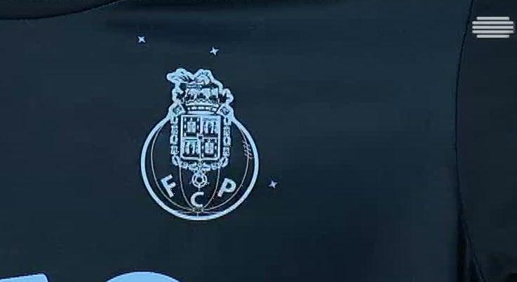 Desporto - Adeptos do FCP marcaram presença em sessão de autógrafos com Iker Casillas e André Silva