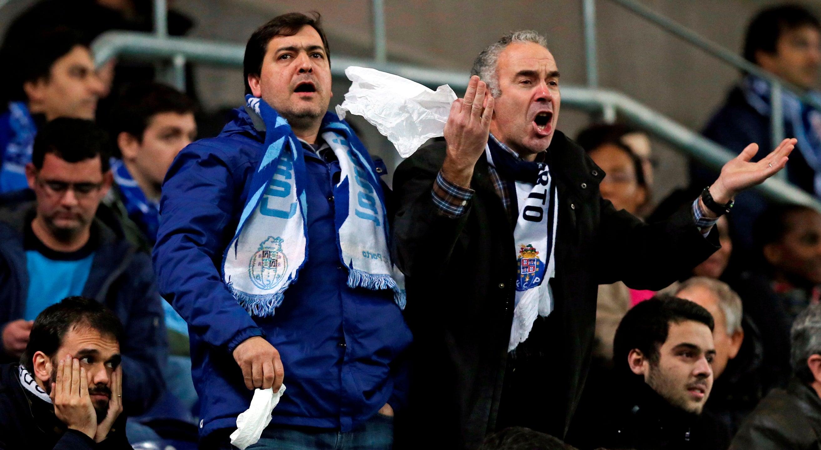FC Porto vaiado com assobios e lenços brancos
