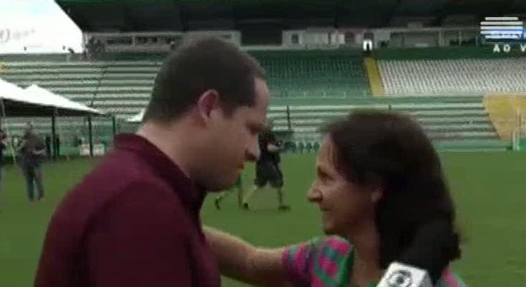 Mundo - Mãe de jogador do Chapocoense abraça jornalista