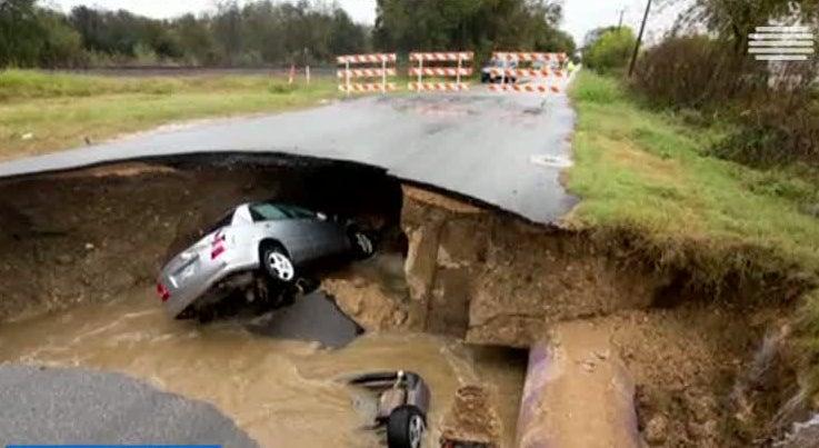 Mundo - Cratera gigante engole carro nos Estados Unidos