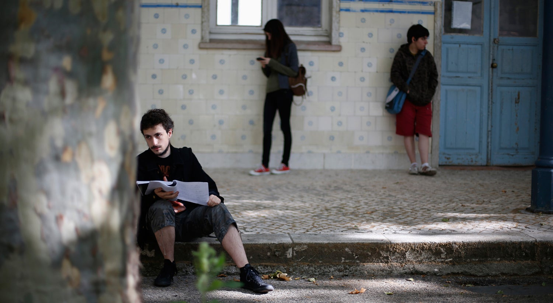 Professores penduram bengalas para exigir regime especial de aposentações
