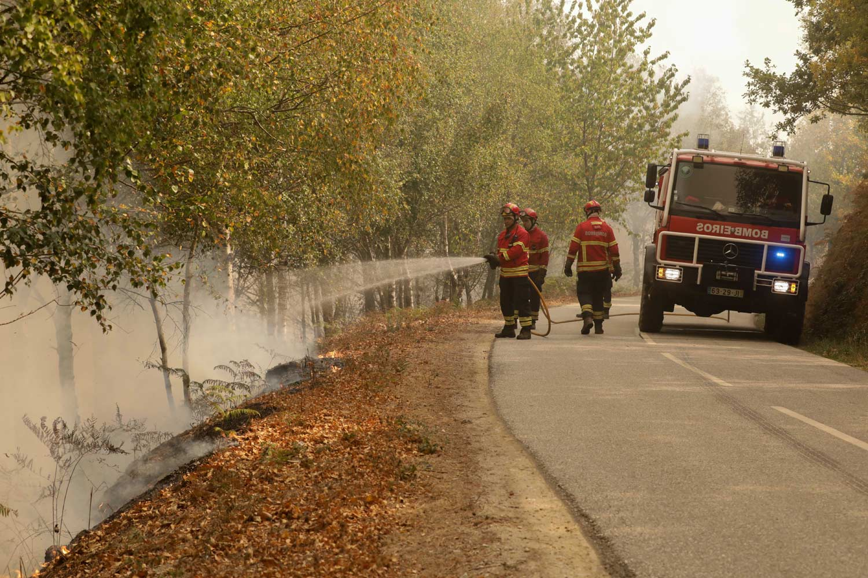 Cinco bombeiros feridos em despiste de viatura em Arganil
