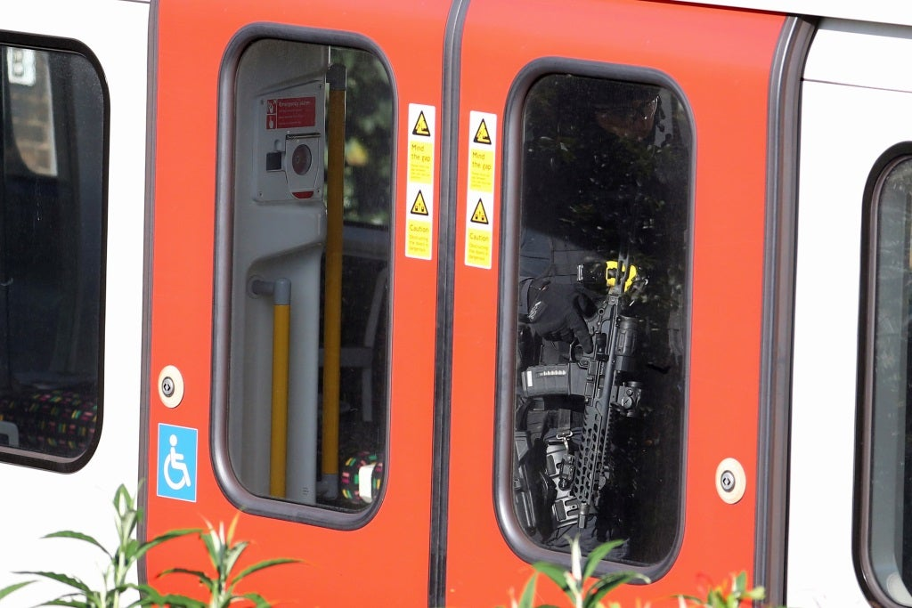 Polícia britânica trata como ato terrorista explosão que feriu 22, em Londres