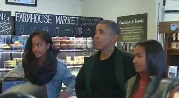 Mundo - Obama e as duas filhas cumpriram a tradi��o do S�bado do Com�rcio Tradicional
