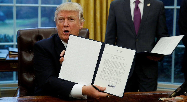 Trump começa a desmantelar rede de parcerias comerciais montada por Obama