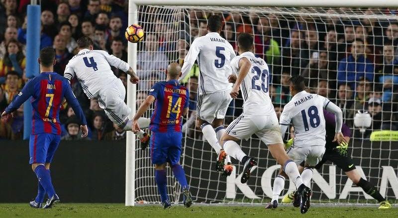 Golo tardio de Sergio Ramos mantém Real em vantagem sobre o Barcelona