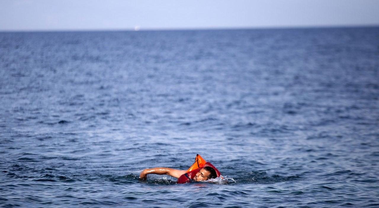 Refugiado sírio chega à Europa a nado