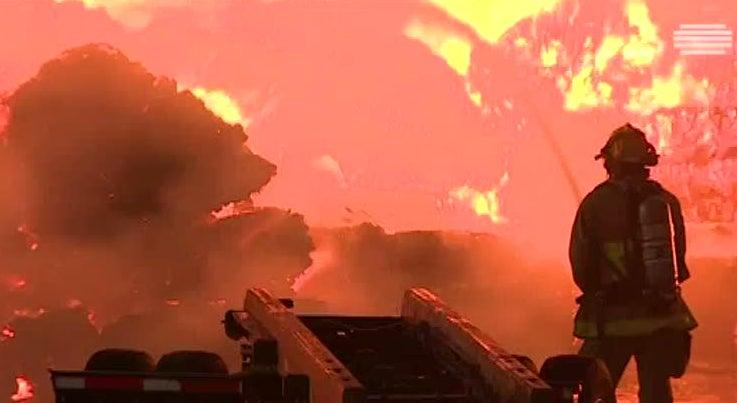 Mundo - Centro de reciclagem destruido pelas chamas na Calif�rnia