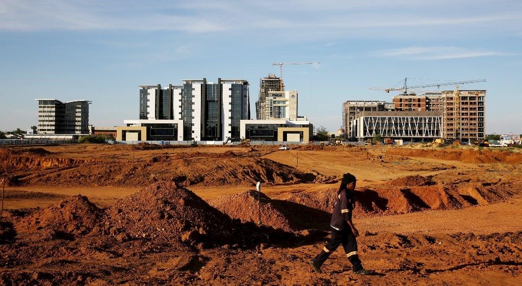 Pa�s - Milhares de portugueses sem sal�rio em Angola