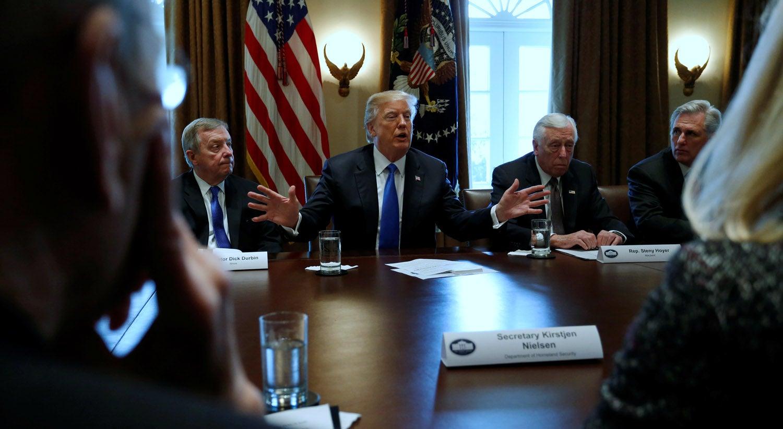 Juiz bloqueia revogação de Trump do plano DACA para imigrantes