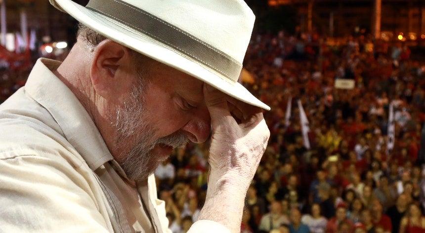 Tumultos na chegada de Lula à prisão de Curitiba fazem nove feridos