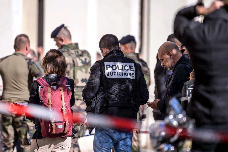 Carro atropela vários militares em Paris
