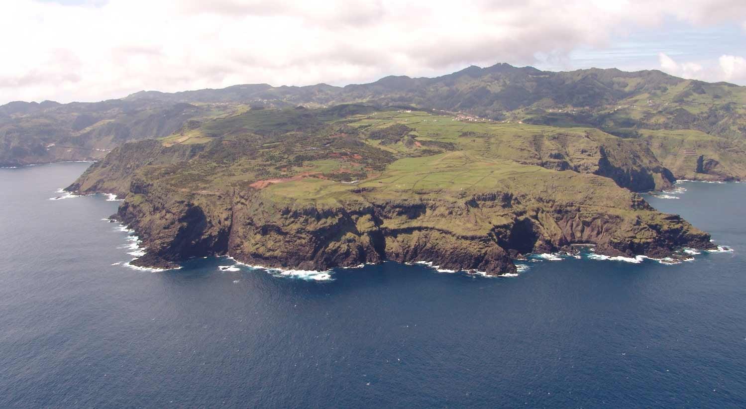 Por que continua a ilha de Santa Maria a erguer-se acima dos fundos marinhos