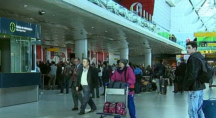 País - Nevoeiro causa atrasos no Aeroporto Humberto Delgado
