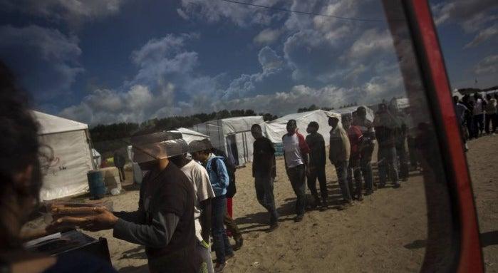 Campo de Calais come�ou a ser evacuado