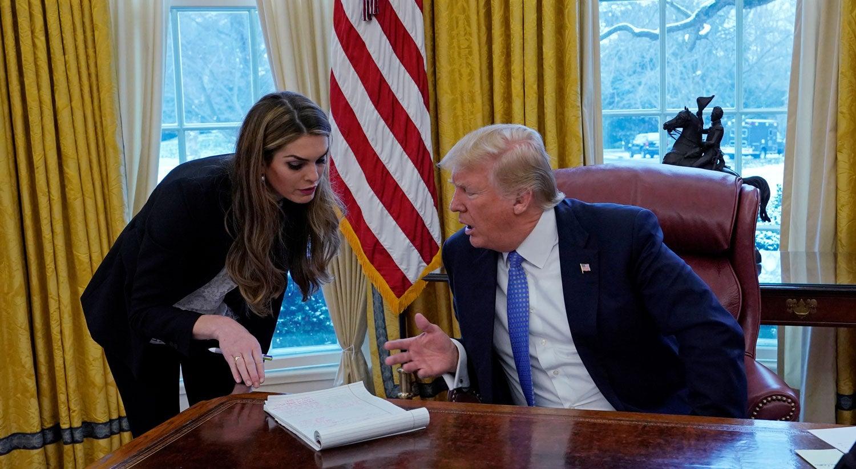 Diretora de comunicação de Trump demite-se depois de admitir
