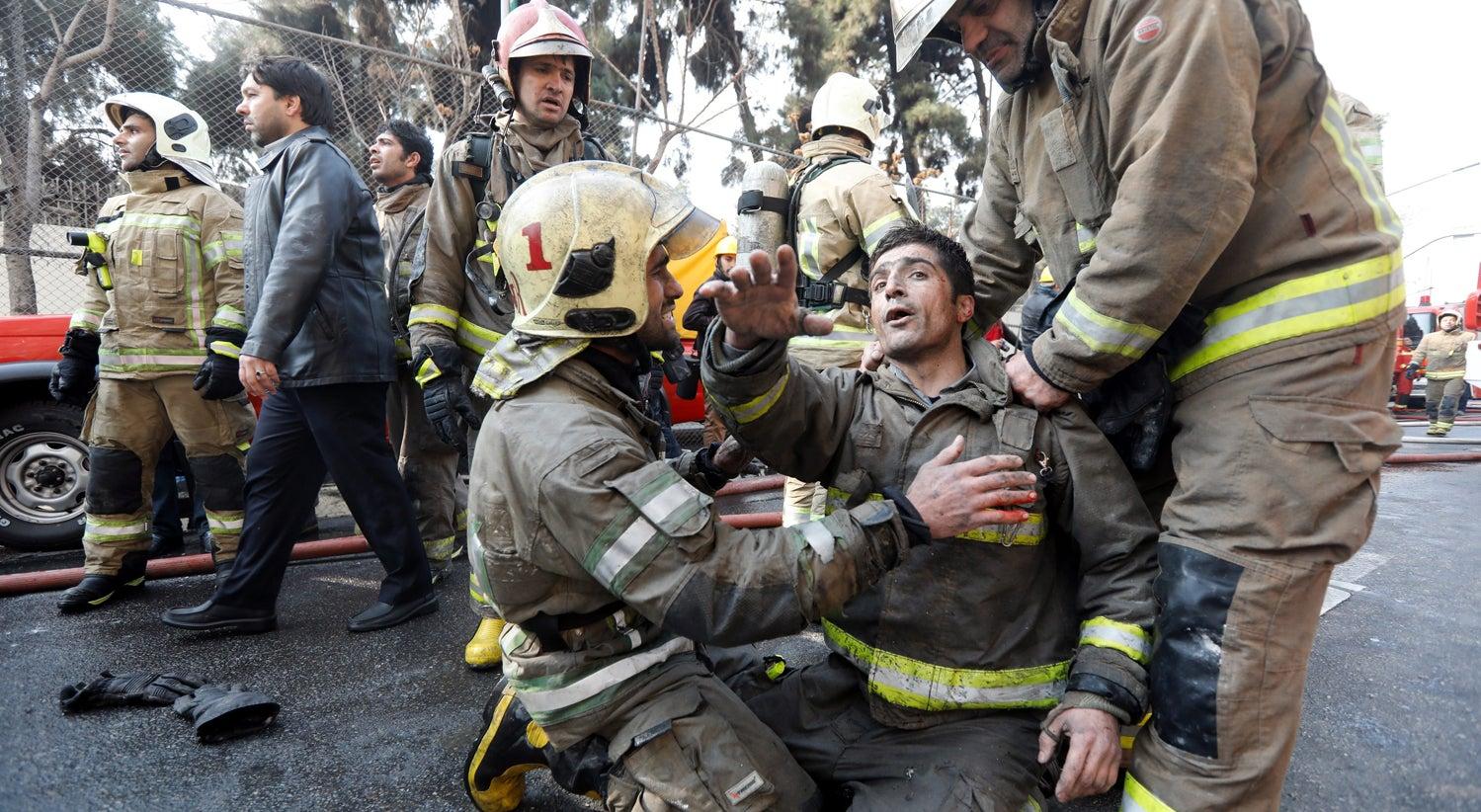 Edifício de Teerão em chamas cai por terra