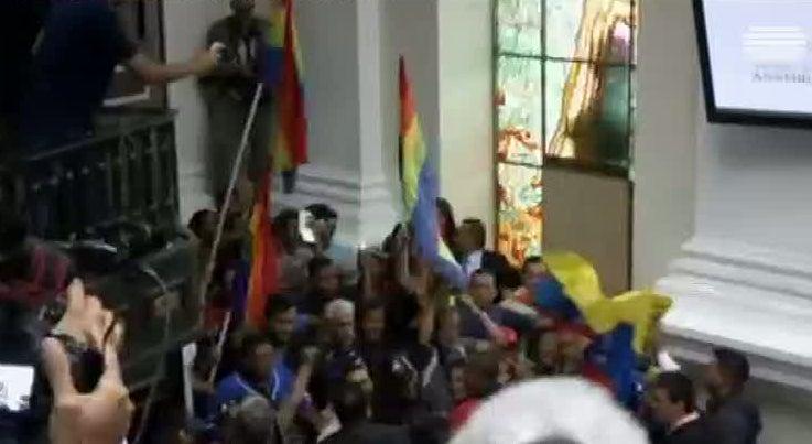 Mundo - Protestos interrompem sess�o parlamentar na Venezuela