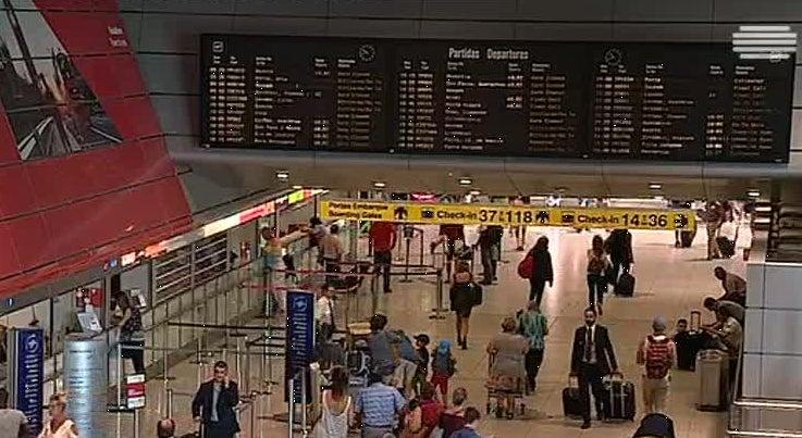 Pa�s - Argelino que fugiu do Aeroporto de Lisboa continua a monte