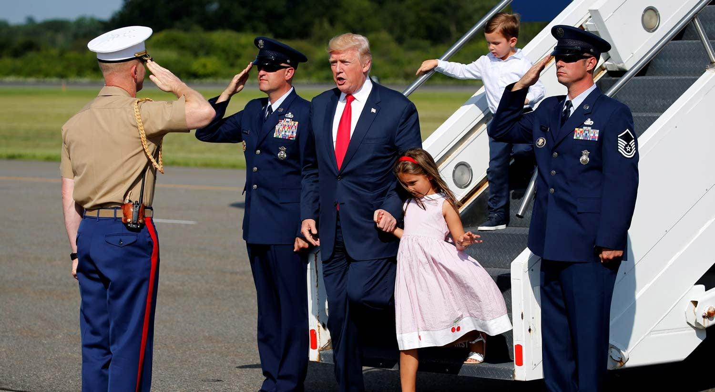 Trump entra de penetra em casamento: 'Todos se divertindo?'; assista