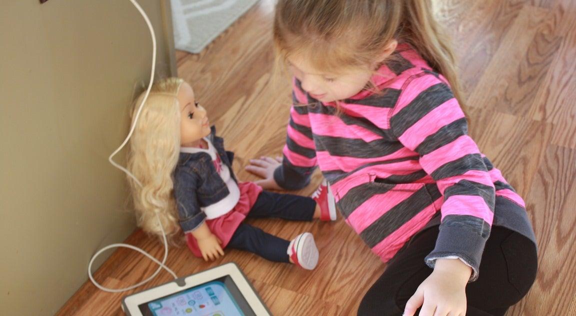 Bonecos com microfones expõem crianças ao mundo