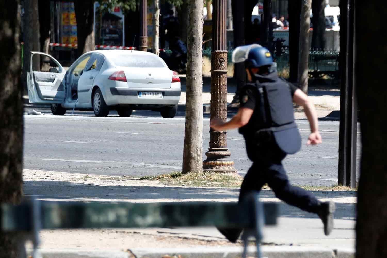 Automóvel choca contra carrinha da polícia em Paris