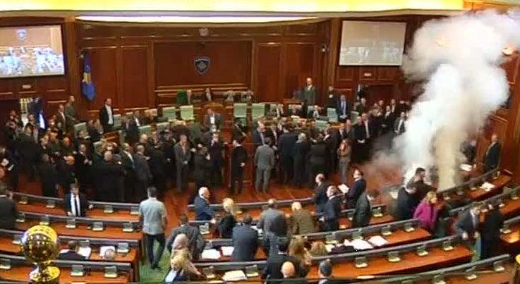 Mundo - Parlamento no Kosovo parou devido � utiliza��o de g�s lacrimog�neo