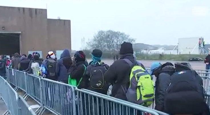 Mundo - Calais: imigrantes com esperan�a num alojamento melhor