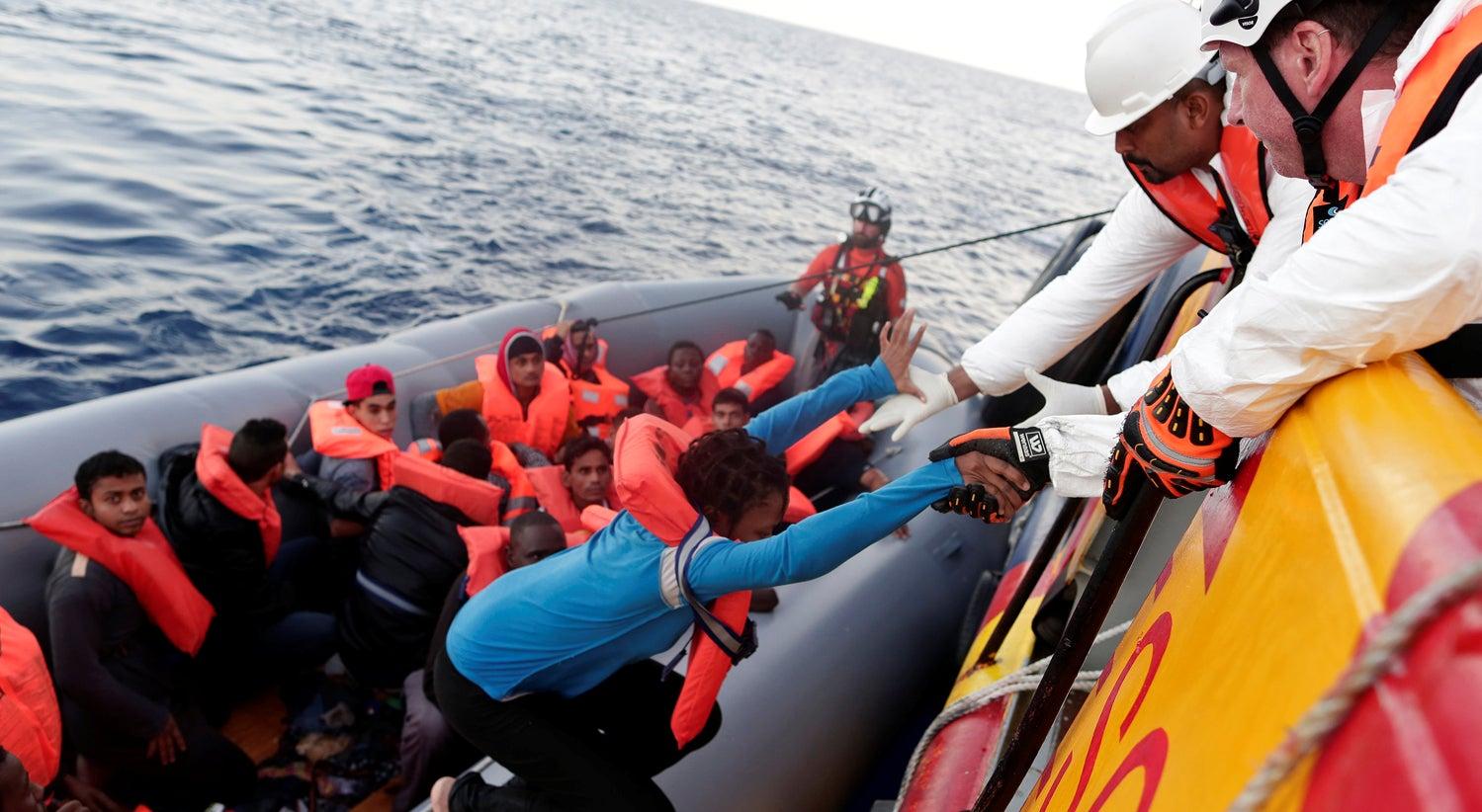 Mais de um milhar de refugiados salvos ao largo da L�bia
