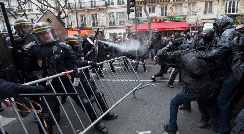 Mundo - Cem ativistas detidos em Paris ap�s confrontos com a policia