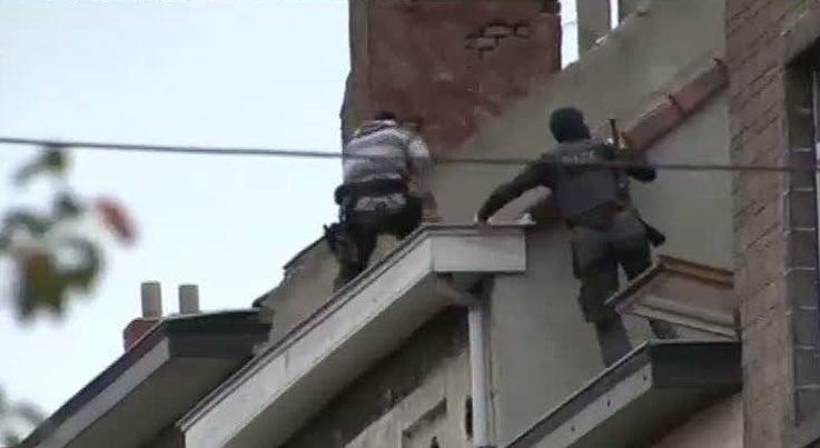 Mundo - Pol�cia belga faz buscas em bairro de Molenbeek