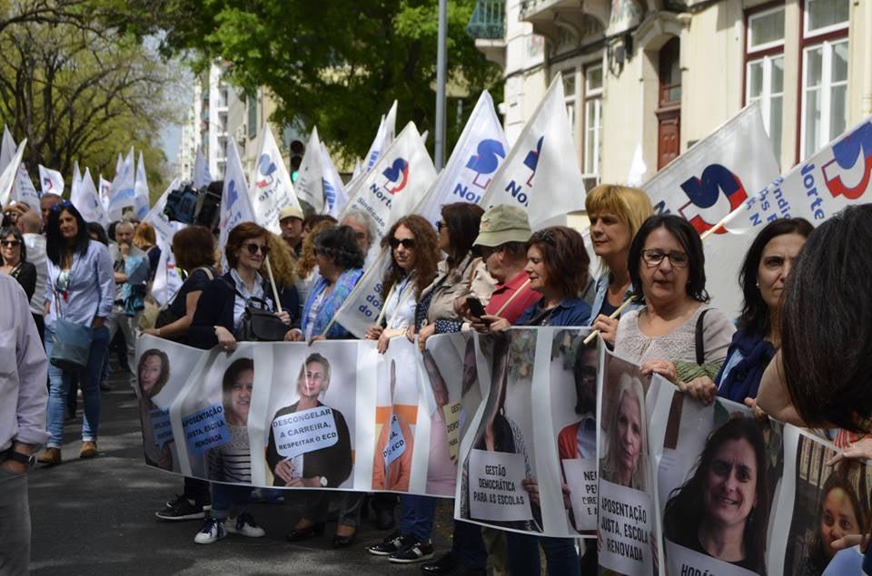 Professores penduram bengalas em frente ao Ministério