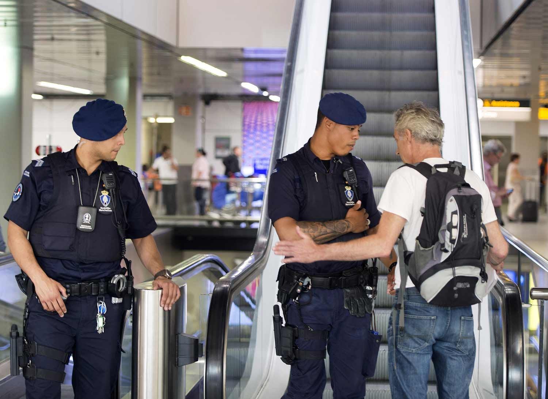 Polícia abate homem armado com uma faca em Amesterdão