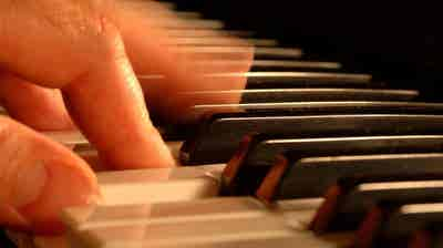 "Geografia dos Sons - Obras orquestrais de Robin De Raaff: ""In Memoriam Shostakovich""; ""Concerto de Clarinete""; e ""Unisono""."