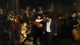 A Ronda da Noite - José de Guimarães é o convidado de Luís Caetano, numa conversa que se faz percorrendo a exposição Volta ao Mundo, na Biblioteca Nacional, agora que a INCM e a BN publicam, com o mesmo título, toda a obra gráfica do artista.