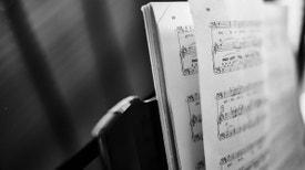 Música Hoje - Mais um programa do ciclo «Na 1.ª Pessoa». Cândido Lima nasceu em 1939 e encontra-se ainda em plena actividade criativa, no ano em que completa 80 anos de idade.