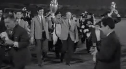 Futebol: equipa do Benfica regressa de Amesterdão