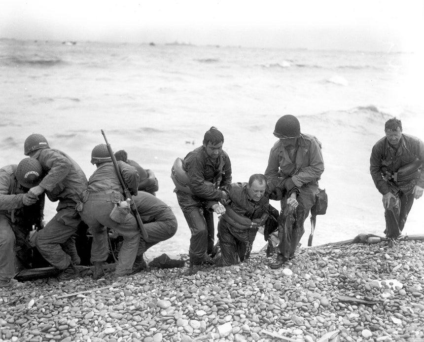 Foram várias as lanchas de desembarque que afundaram devido ao fogo inimigo, os sobreviventes seguiram a nado até à costa /Reuters