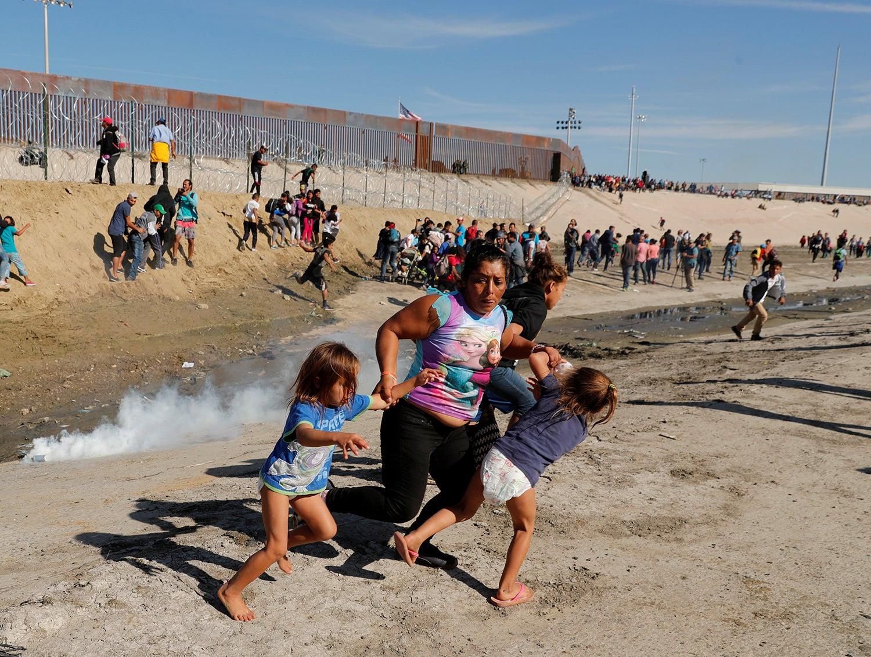 Gás lacrimogéneo foi lançado contra famílias de migrantes vindos das Honduras /Kim Kyung Hoon - Reuters