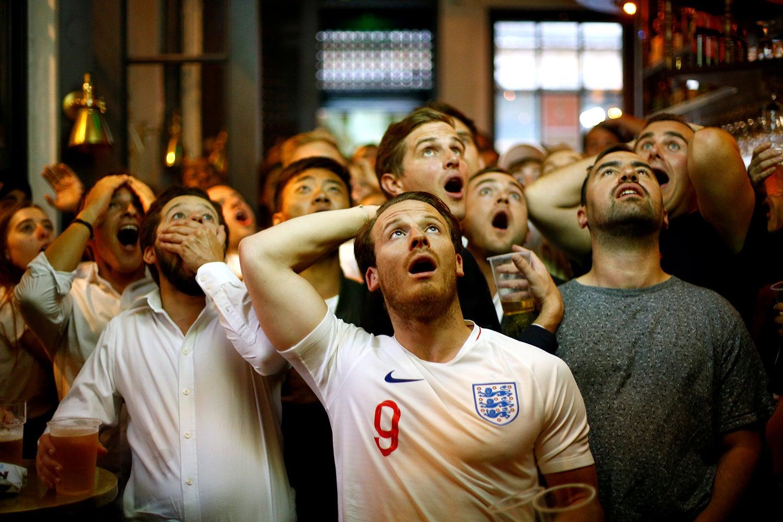 Reação de adeptos ingleses durante o jogo contra a Croácia /Henry Nicholls - Reuters