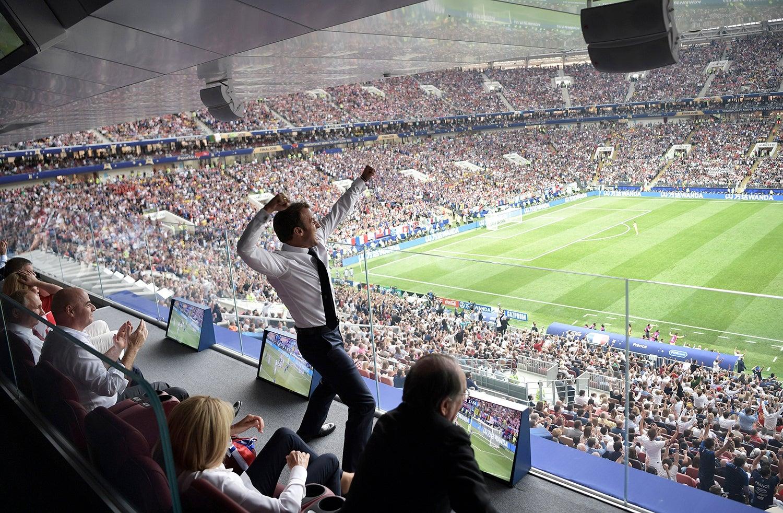 Emmanuel Macron comemora a vitória da seleção francesa contra a croata /Sputnik Photo Agency via Reuters