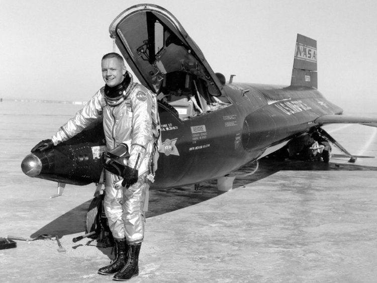 Armstrong posa à frente de um dos aviões supersónicos de teste da NASA