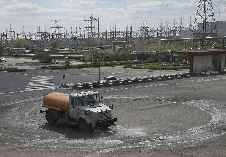 Camião cisterna espalha água pela estradas para prevenir que as poeiras radioativas se espalhem/ Gleb Garanich - Reuters