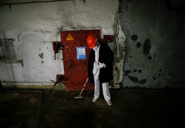 Empregado mede os níveis de radiação do quarto reator/ Gleb Garanich - Reuters