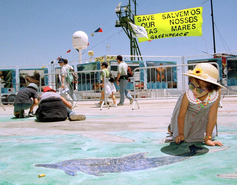 Escolas foram convidadas pela Greenpeace para pintar criaturas náuticas no passeio da Expo '98 /Foto: JR/EB via Reuters