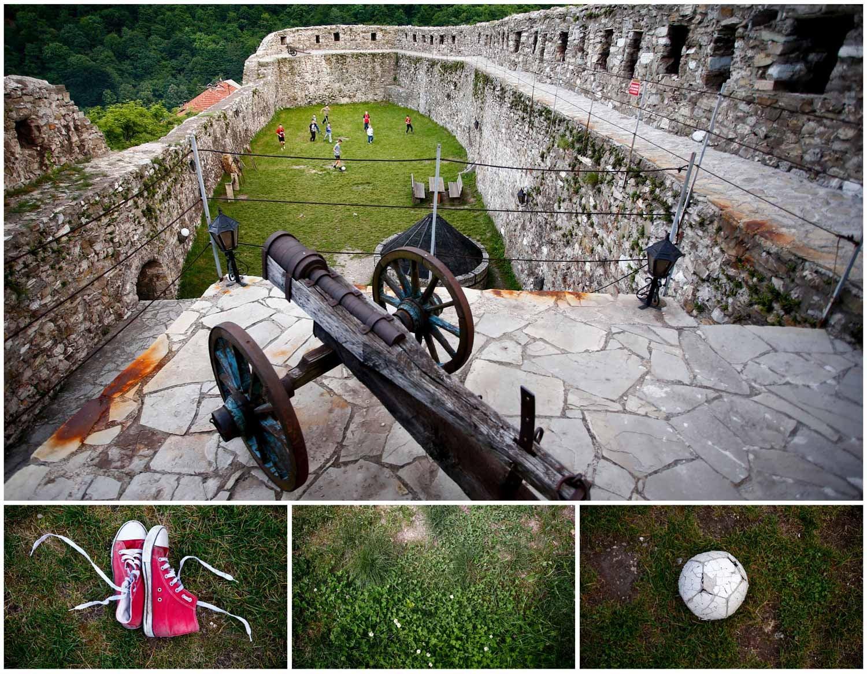 Os jardins de um antigo monumento construído no século XIV, em Vranduk, na Bósnia e Herzegovina, são palco de um jogo de futebol entre crianças. Foto: Dado Ruvic - Reuters